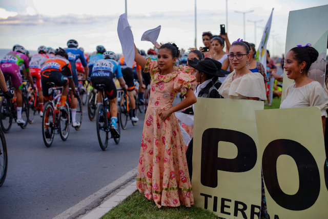 fans at the vuelta san juan race